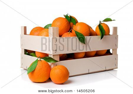 Frische und Reife orange Früchte mit Blättern in eine hölzerne Kiste isolated on white background