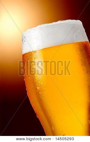 Vaso de cerveza fría y fuerte con agua gotas