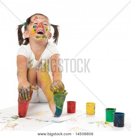 glücklich lächelnd mädchen spielen und Malen mit Farben isolated on white background
