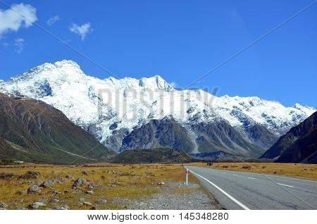 Road to the picturesque, snow-capped mountains of Aoraki (Mount Cook) National Park, New Zealand