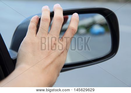 adjust wing mirror of the car by hand