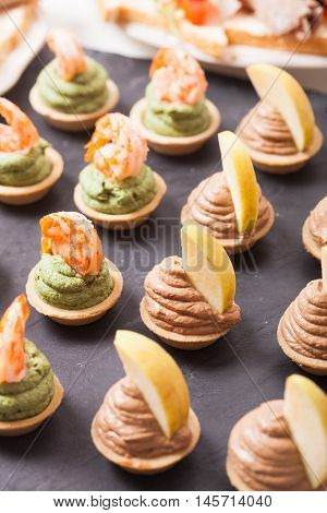 Gourmet tartlets with spinach mousse and shrimps