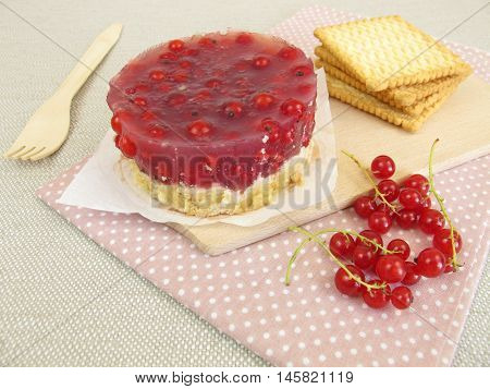 No bake red currant cake with cookie crumbs crust