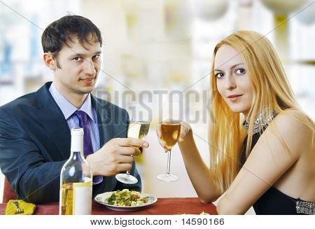 Paar im Restaurant am Dinner-Party