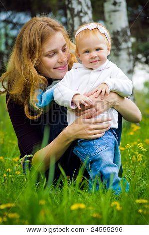 Joven madre con bebé