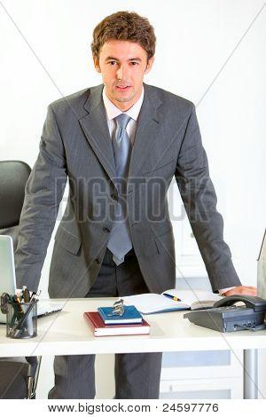 Porträt von zuversichtlich modernen Geschäftsmann Hand in Hand am Schreibtisch