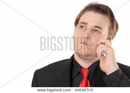 Joven empresario en traje Formal negro hablando por teléfono móvil