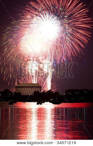 Vuurwerk achter Lincoln Memorial