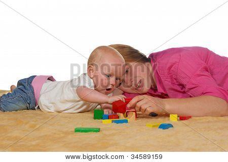 Mama und Baby spielen mit Bausteinen
