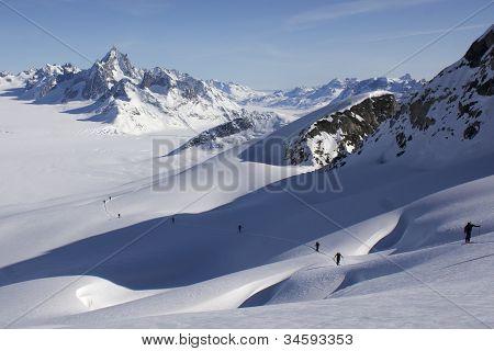 Montée à Ski Sur Pente Crevassée Et Paysage Glaciaire Infini. Ski Climbing On A Crevassed Slope And