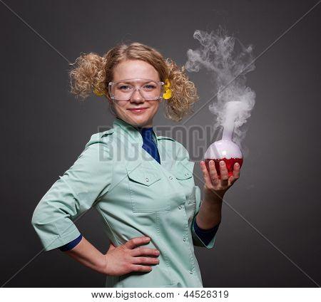 Químico de la mujer divertida