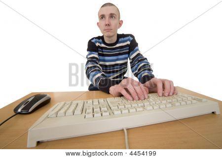 Tipo de hombre en teclado