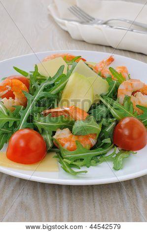 Salada picante de rúcula com tomate cereja e Camarões