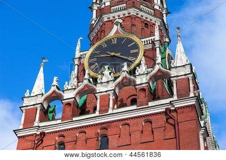 Badaladas do relógio na torre Spasskaya do Kremlin de Moscovo