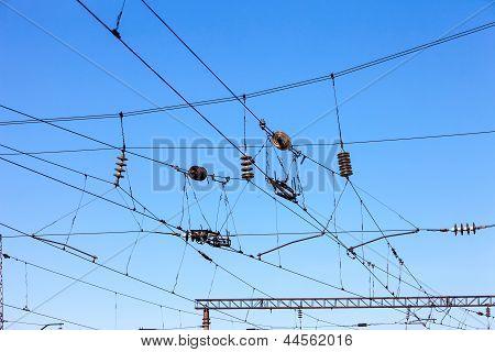 Eisenbahn Oberleitungen gegen blauen Himmel, Fahrdraht