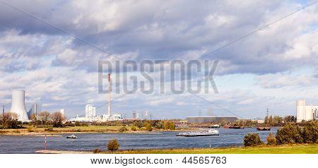 Barcazas sobre el río Rin en Duisburg Alemania Europa