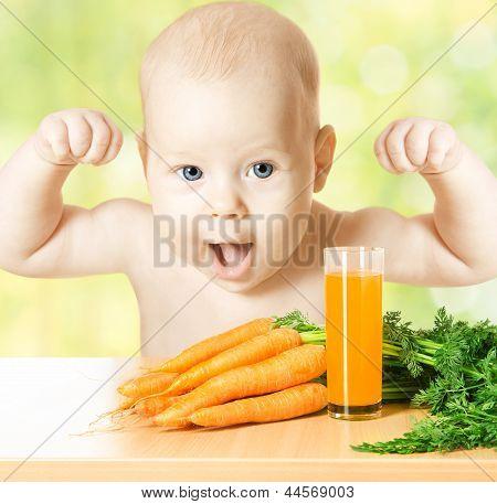 Niño y vidrio del jugo de zanahoria fresco. Concepto: Alimentos vegetales saludables dieta hacer fuerte y feliz del bebé