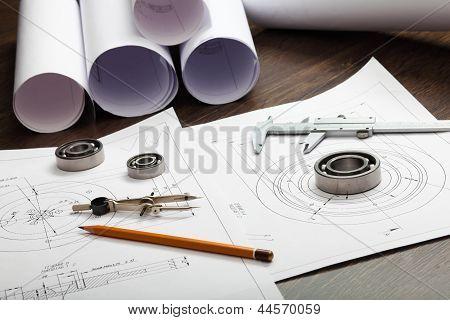 Herramientas y papeles con dibujos