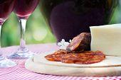 Постер, плакат: Красное вино и колбаски с сыром