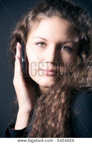 Mujer joven con teléfono móvil