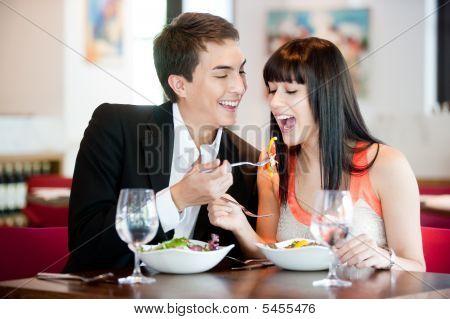 Mann Fütterung Freundin