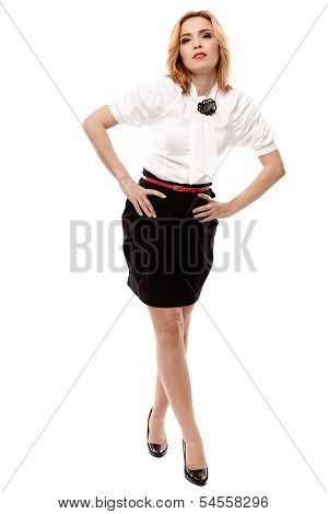 Atractiva rubia con minifalda negra parado Akimbo