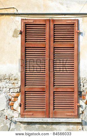 Red Window  Varano  I Palaces Italy      Sunny Day     Venetian Blind In The