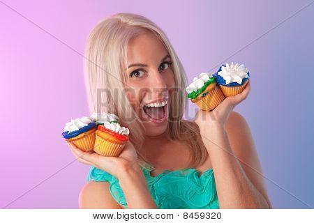 loira com cupcakes