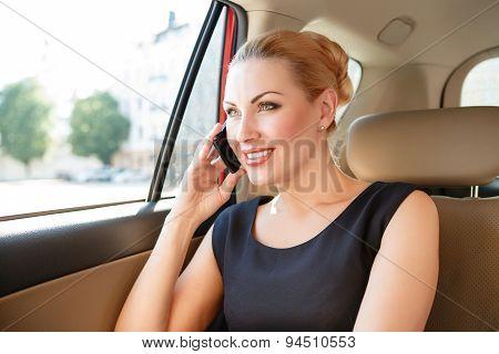 Businesswoman talking per mobile phone in car