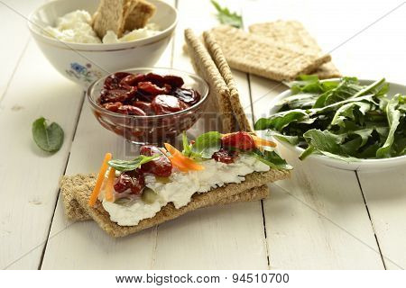 Crispbread with cream cheese, sun-dried tomatoes and herbs