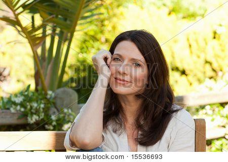 Portrét krásné ženy v gaden
