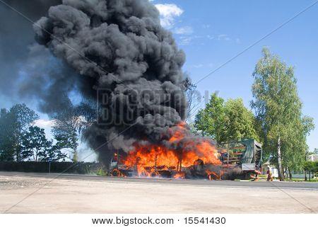 carro de fuego con negro de humo en el camino