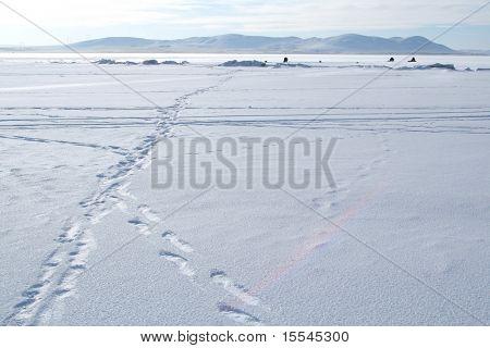 Paisagem de Inverno Ártico com pescadores