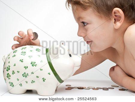 Kind mit einem Sparschwein