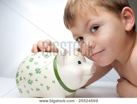 Niño con una alcancía