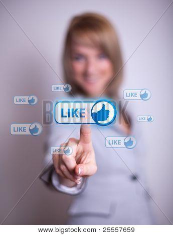 vrouw hand te klikken op sociale netwerk pictogram
