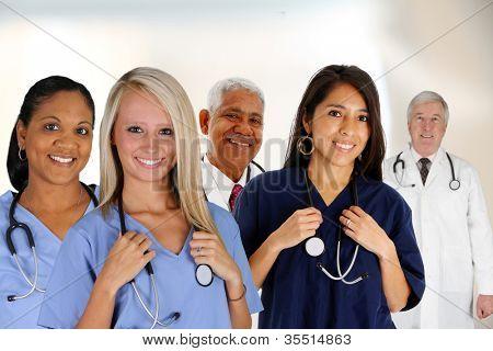 Grupo de médicos y enfermeras en un hospital