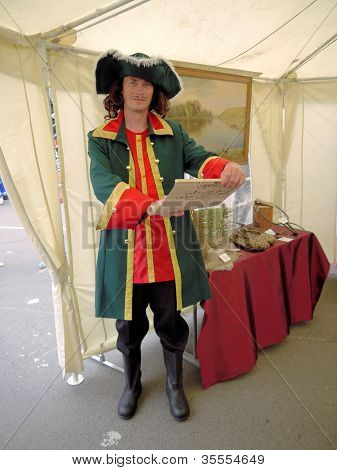 SARATOV. 11 De agosto de 2012, feira dedicada ao início da colheita de Rússia. O funcionário do Museu da