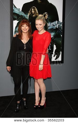 LOS ANGELES - 1 de agosto: Frances Fisher, Francesca Eastwood chega na estréia de