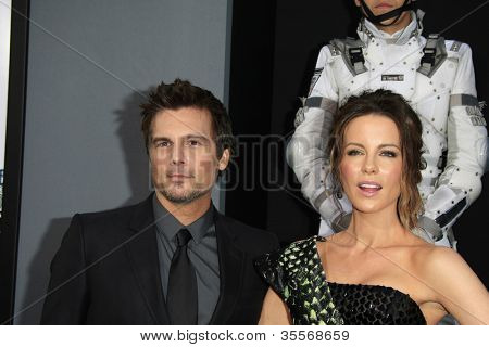LOS ANGELES - AUG 1: Kate Beckinsale, Len Wiseman at the Los Angeles Premiere of 'Total Recall' at Grauman's Chinese Theater on August 1, 2012 in Los Angeles, California