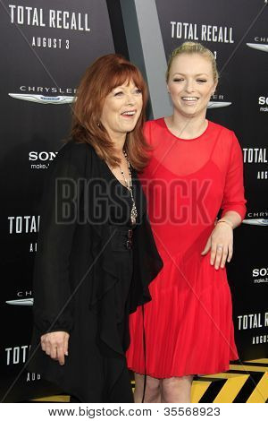 LOS ANGELES - 1 de agosto: Frances Fisher, Francesca Eastwood na estréia de Los Angeles ' Total Recall