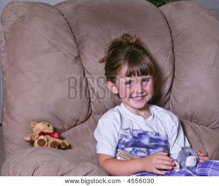 Menina feliz, brincando com seus brinquedos de pelúcia