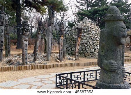 Primitive Statuen in der Nähe von Gyeongbokgung-Palast, Seoul, Korea