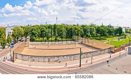 memorial to Berlin Wall