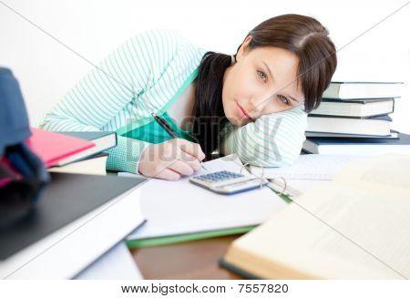 Entediado adolescente menina estudando