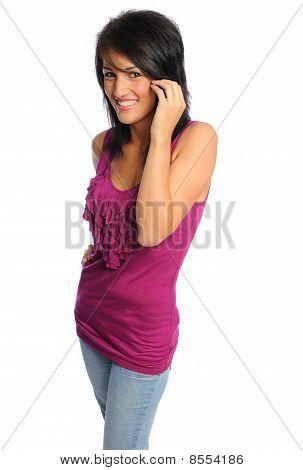 Atractiva mujer hispana en camisa brillante