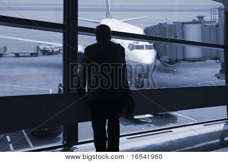 un pasajero esperando el vuelo en el aeropuerto de Shangai china.