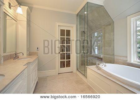 Baño principal con bañera blanco