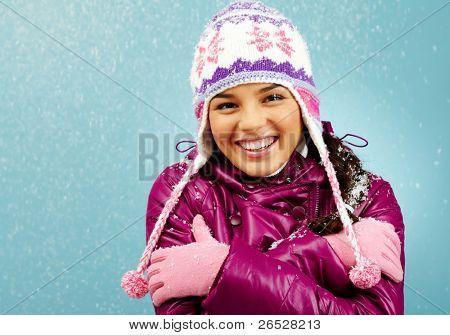 lächelnd mädchen Blick in die Kamera zeigt, wie kalt ist Sie
