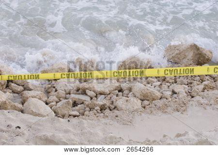 Voorzichtig op strand